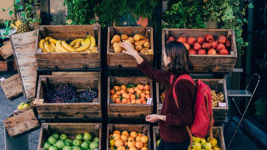 Femme, choisir des fruits frais dans la rue de Florence - Photos Young Caucasian woman choosing fresh fruits on the street of Florence