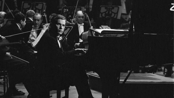 Glenn Gould joue le premier concerto de Brahms sous la direction de Leonard Bernstein