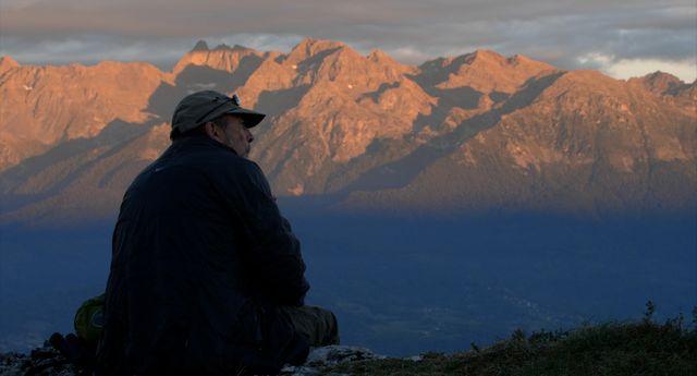"""Jean-Michel Bertrand, image extraite de son documentaire """"Marche avec les loups"""""""