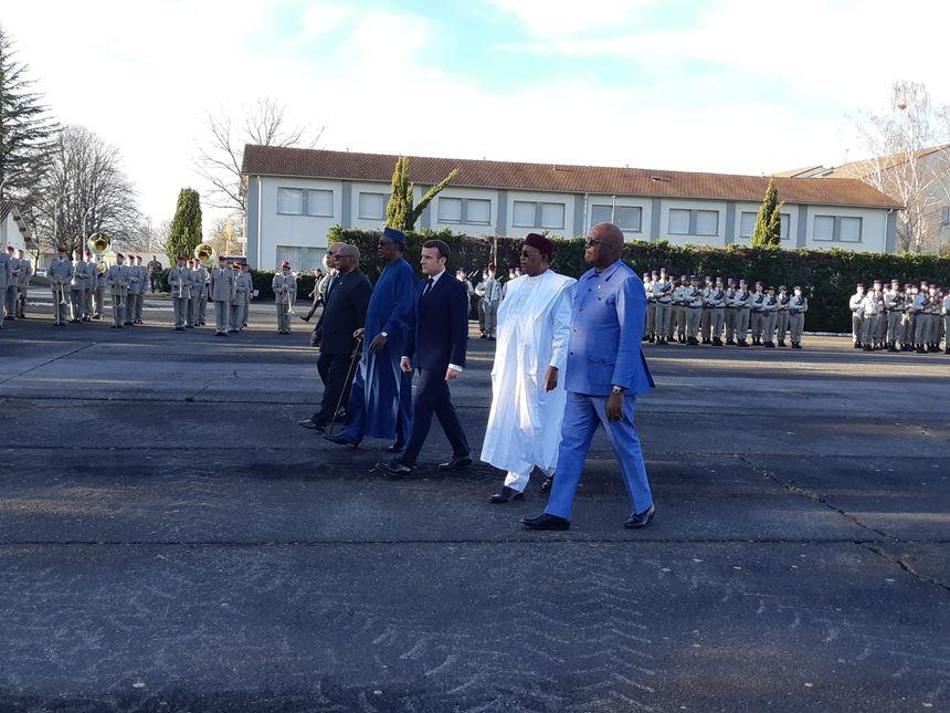 Emmannuel Macron, aux côtés des chefs d'Etats africains, a déposé une gerbe devant la stèle commémorative du 5e RHC.