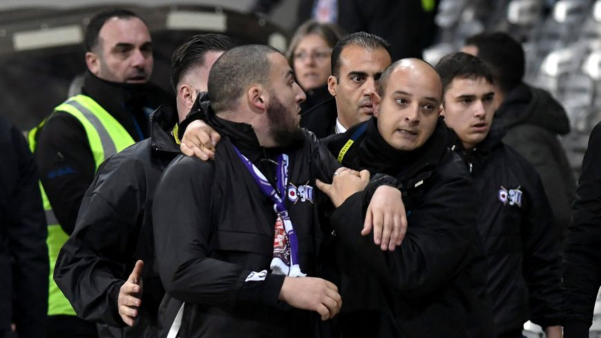 Les supporters toulousains ont quitté leur tribune face à Reims pour venir exprimer leur colère devant le président Sadran.