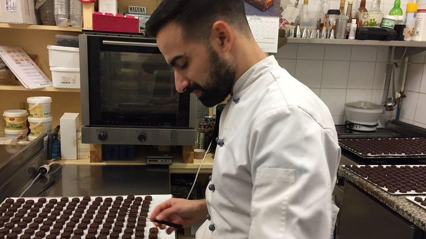 Mickaël Faye jeune artisan chocolatier perpétue rue Darnet la tradition familiale.