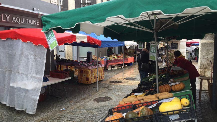 Le marché traditionnel d'Eymet se déroule tous les jeudi à Eymet.