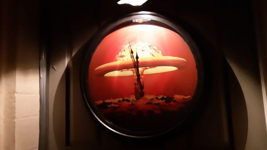 """""""Minuit moins deux"""" avant l'apocalypse, oeuvre de l'artiste rennais WAR ! à Châteaugiron"""
