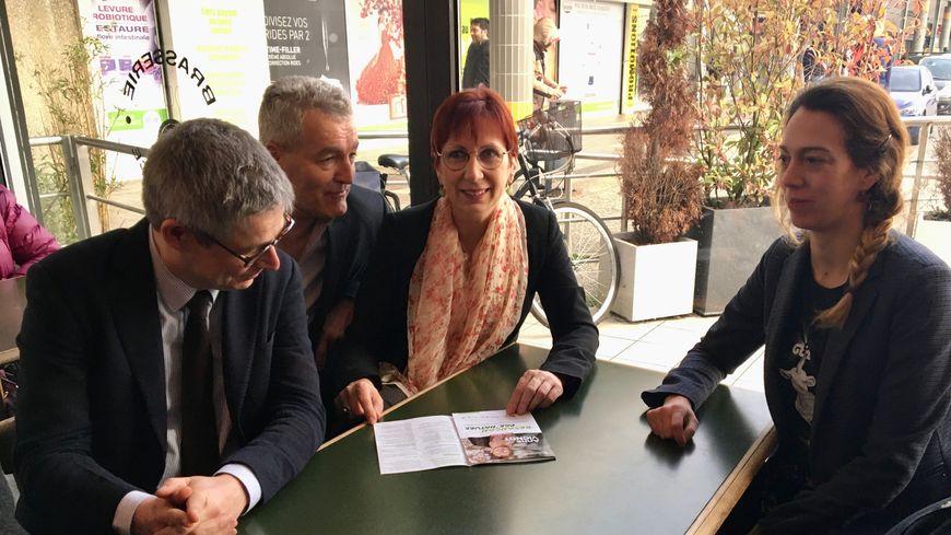 Anne Vignot, candidate écologiste à la mairie de Besançon  (au centre)