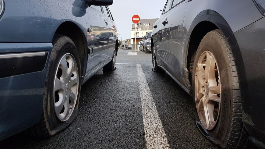 Près de 300 pneus de voitures garées sur le parking SNCF de Saint-Malo et aux alentours ont été crevés. L'auteur présumé des faits souffrirait de troubles psychologiques.
