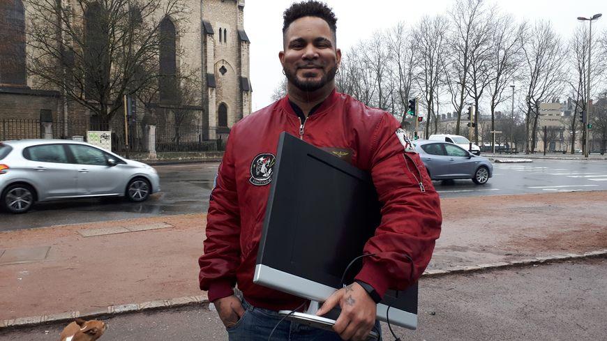 Bernard, un dijonnais inscrit quasiment depuis le début à la plateforme mesvoisins.fr, vient de récupérer une télé gratuite donnée par un autre membre du réseau.