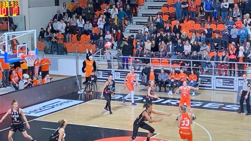 Les joueuses du Tangos Bourges basket ont maîtrisé de bout en bout ce choc au sommet de ligue féminine