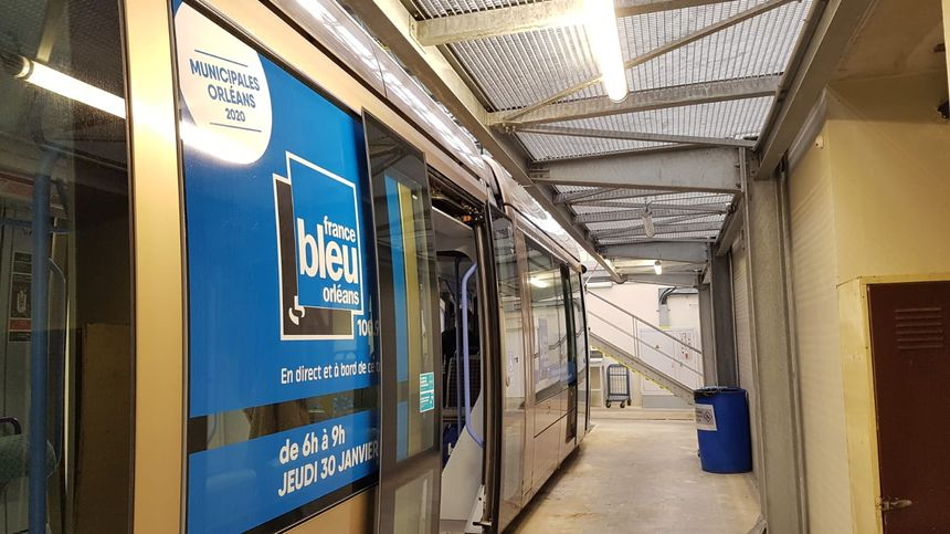 Le tramway aux couleurs de France Bleu Orléans, au centre de maintenance de TAO, à St-Jean-de-Braye