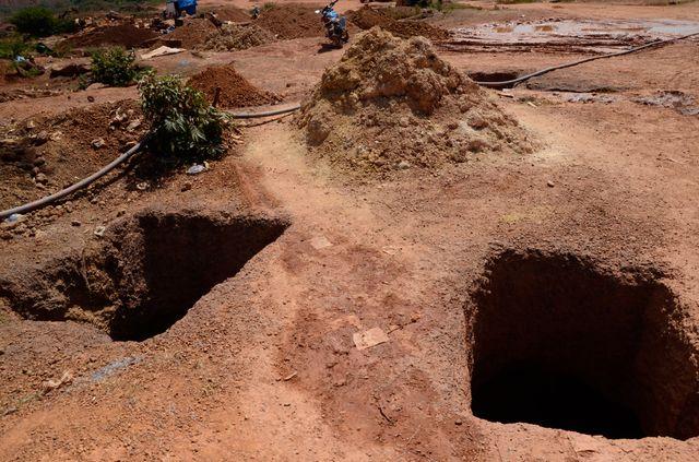 Sur un site de broyage et de lavage du minerai, les puits creusés servent à la fois à extraire du minerai et à alimenter en eau les laveries. La plupart d'entre eux ne sont pas rebouchés