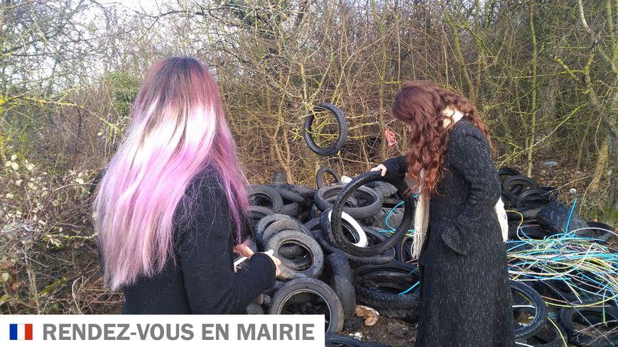 """Deux membres du collectif """"la belle au bois d'ordures"""" devant une décharge sauvage en pleine nature au sud d'Auxerre"""
