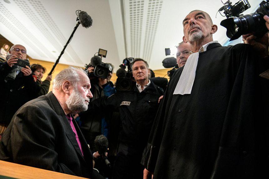 Bernard Preynat, prévenu, et son avocat Me Frédéric Doyez, dans la salle d'audience au premier jour du procès de l'affaire Bernard Preynat au tribunal correctionnel de Lyon.