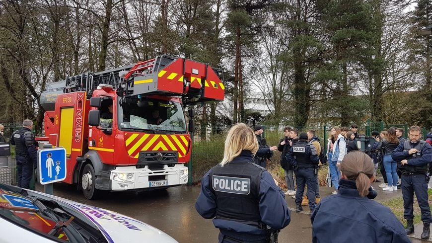 Les pompiers et la police de Rennes présents ce jeudi matin au lycée Victor et Hélène Basch