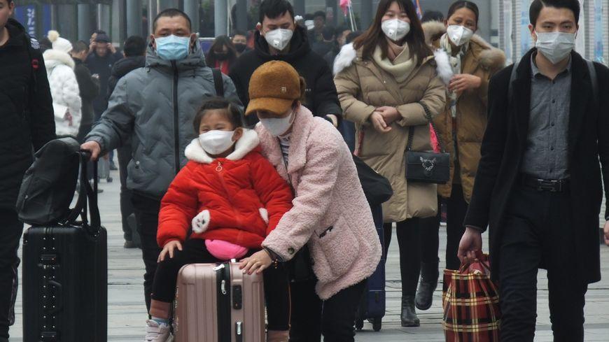 En Chine, la population se protège de l'épidémie avec des masques