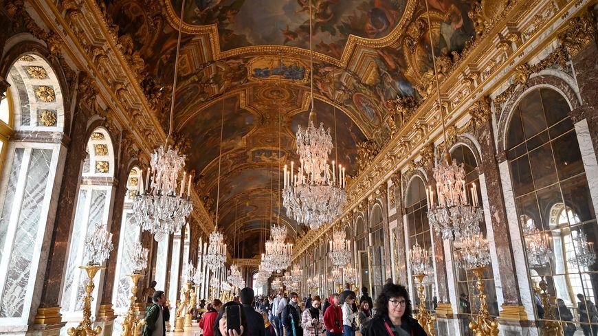 La réception a lieu dans la galerie des glaces du château de Versailles.
