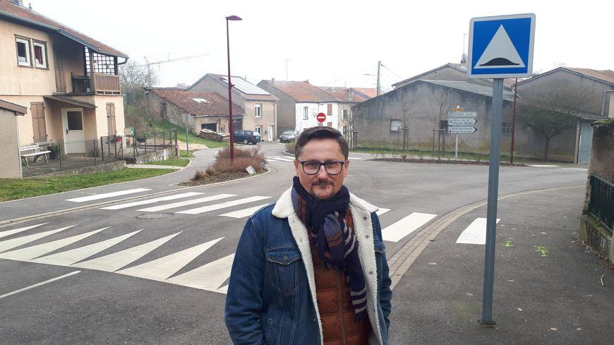 Bruno Durst devant le carrefour où il a eu son accident.