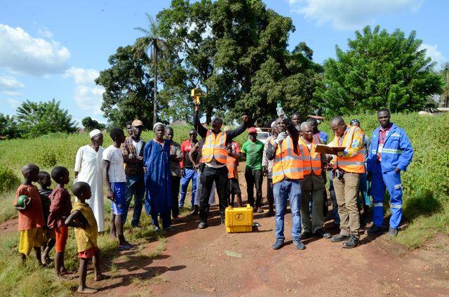 Mesure des microparticules de poussières au bord d'une route minière. De gauche à droite, en gilet orange, Mouktar Keïta, du LAE, Mory 2 Konaté, du LAE, Talibé Diallo, directeur préfectoral de l'environnement de Boké, et Aboubacar Kaba.
