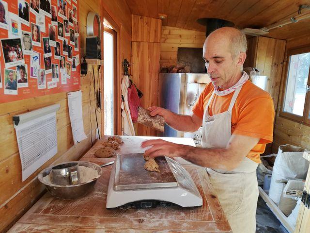 Guillaume Dubourg dans sa boulangerie itinérante