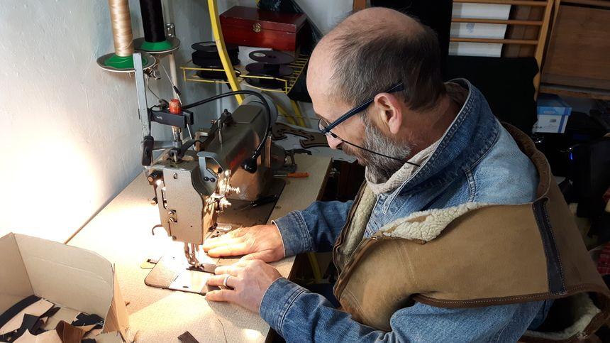 Gillezs Signoret à l'oeuvre sur l'un de ses masques de moto qu'il crée de A à Z