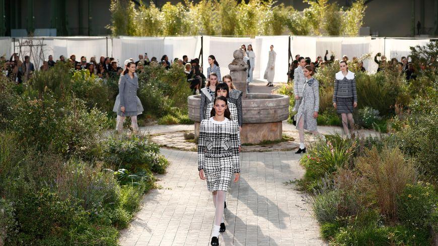 Le décor du défilé Chanel, au Grand Palais de Paris ce mardi, est inspiré du jardin de l'abbaye d'Aubazine en Corrèze