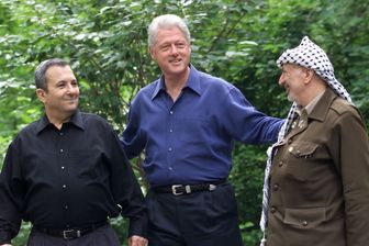 Ehud Barak, Bill Clinton et Yasser Arafat lors du sommet de Camp David en 2000