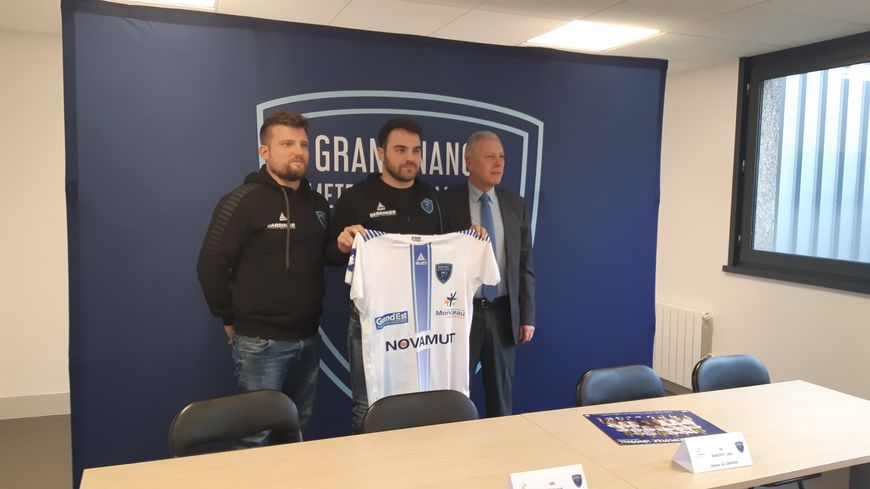 Luka Rakovic est entouré de Benjamin Braux et Hervé Alt
