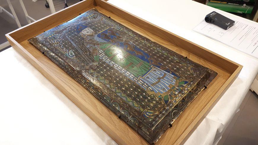 L'Email Plantagenet avant d'être emballé et mis en caisse pour son départ au musée du Louvre Abu Dhabi