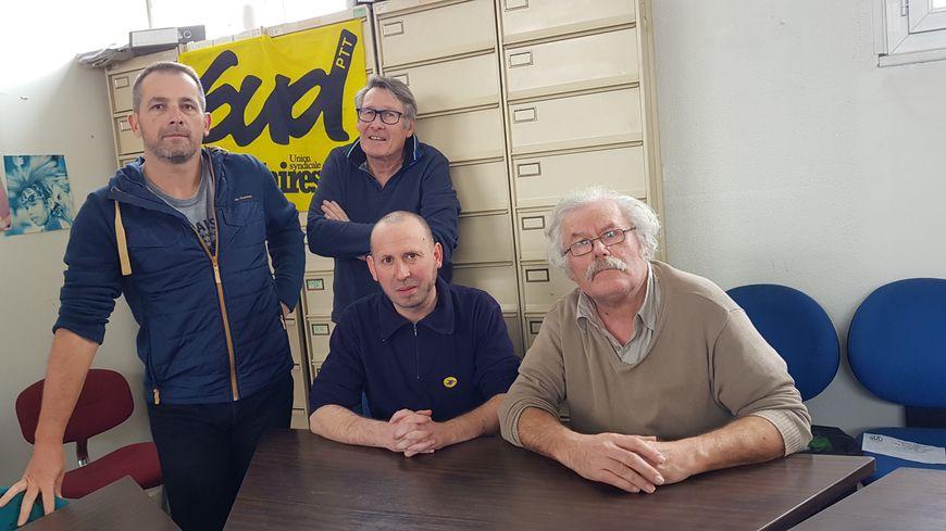 Patrick Chartier (à droite) aux côtés de ses collègues du syndicat Sud PTT 35.