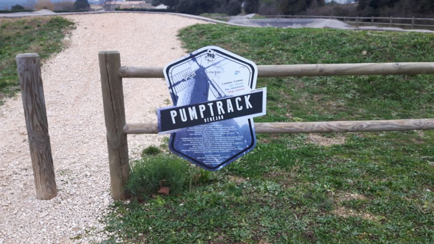 Entrée du Pumptrack de Vénéjan accès ouvert à toutes et tous , tous les jours de la semaine avec votre matériel vous pourrez accéder aux différentes pistes