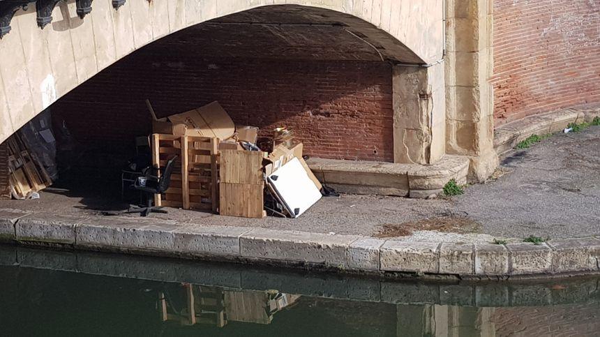 Des campements juste au bord du Canal du Midi
