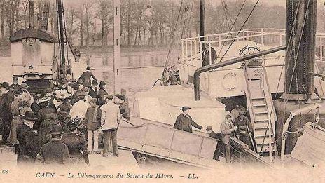 Caen, la mémoire d'une ville en noir et blanc, et les écoles de natation entre règlement et pudeur.