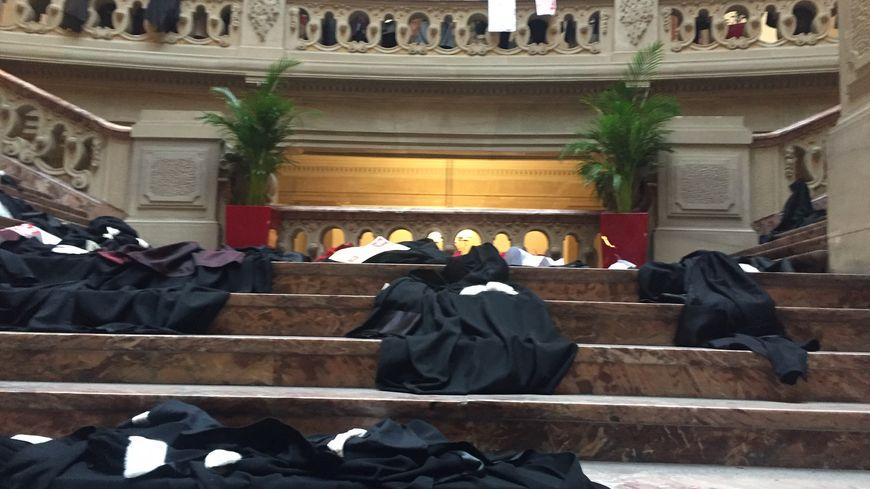 Les robes ont été jetées à l'issue de l'audience de rentrée de la cour d'appel