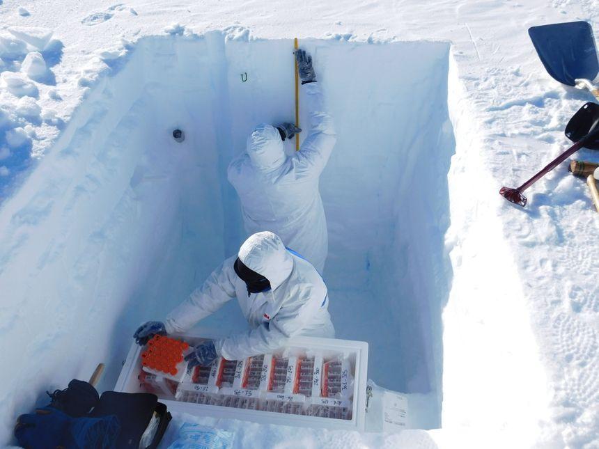 Prélèvement d'échantillons de neige dans un puits