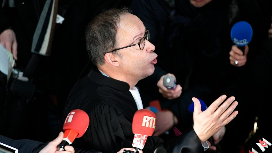 Serge Deygas, bâtonnier de Lyon, prend la parole au cours d'une action des avocats du barreau de Lyon en grève pour demander un report de l'audience au premier jour du procès de l'affaire Bernard Preynat au tribunal correctionnel de Lyon.