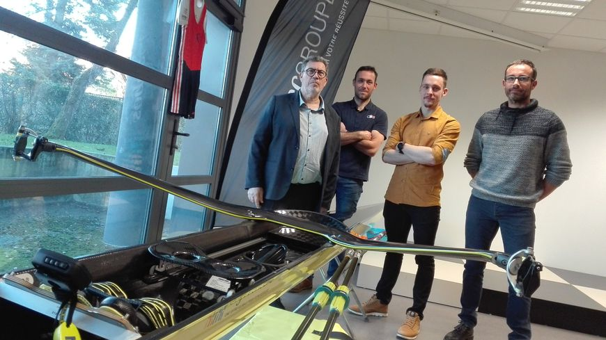 Benjamin David (au centre) avec son nouveau bateau, ses deux entraîneurs et le patron de la Sogec, son principal sponsor.