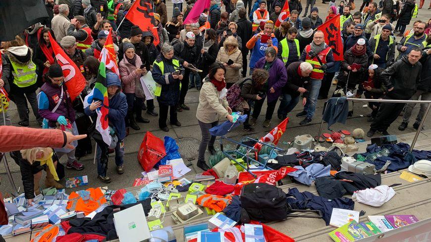 Les manifestants déposent leurs outils de travail sur les marches de l'hôtel de ville de Saint-Étienne.