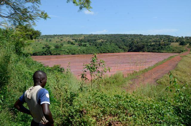 Un des trois barrages à boues rouges à proximité de l'usine Friguia