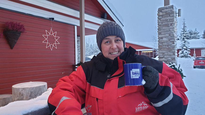 Hélène  devant l'hôtel en Laponie