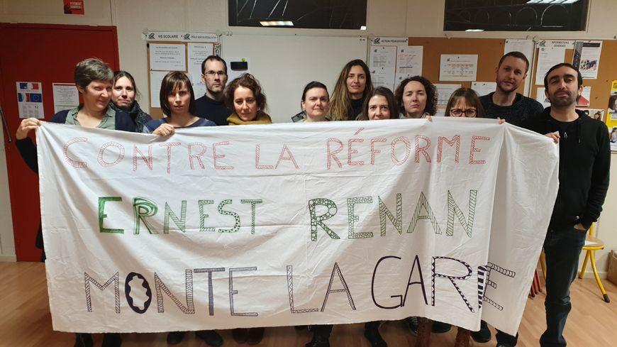 Des enseignants du collège Ernest Renan de Saint-Herblain avant leur nuit dans l'établissement