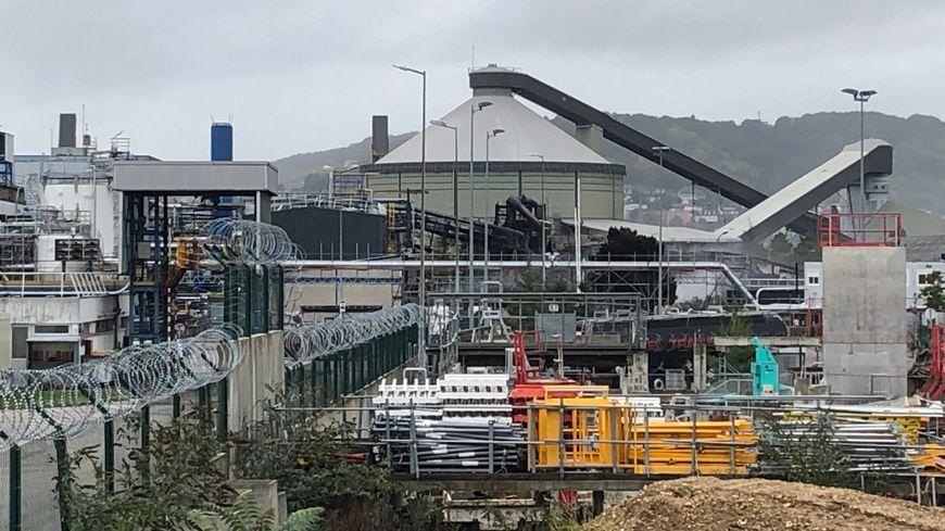 La zone industrielle où se trouve Lubrizol, située rive gauche à Rouen, après l'incendie de Lubrizol, 25 Quai de France, à Rouen le 26 septembre 2019.