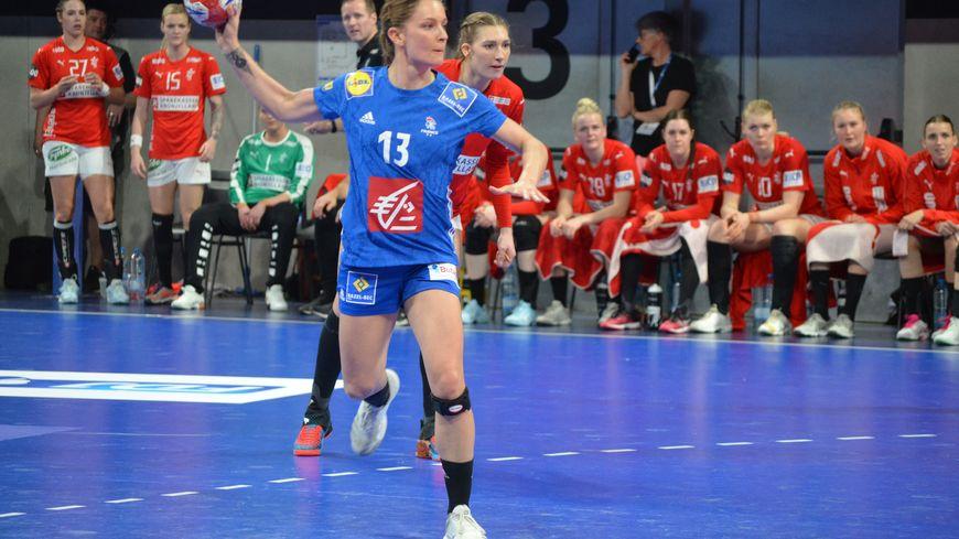 Manon Houette tire un pénalty pour l'équipe de France de handball lors de la Golden League