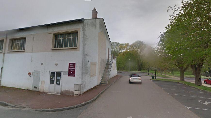 Le club s'entraîne dans un dojo prêté par la mairie.