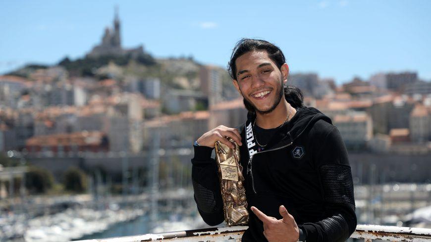 Dylan Robert à Marseille avec son César en mai 2019.