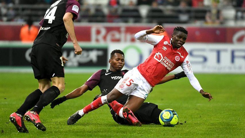 Moussa Doumbia, pris dans la tenaille messine. Illustration de l'incapacité offensive des Rémois contre Metz samedi soir