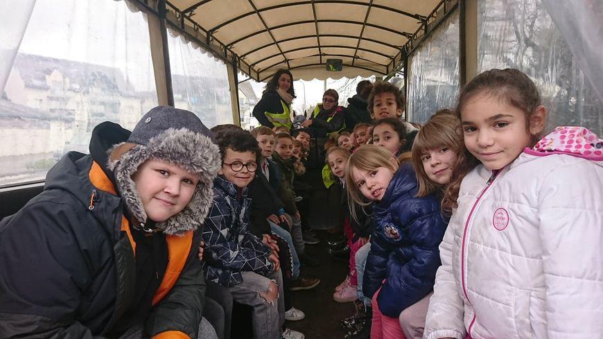 Une vingtaine d'enfants se rendent à la cantine en calèche à Hennebont