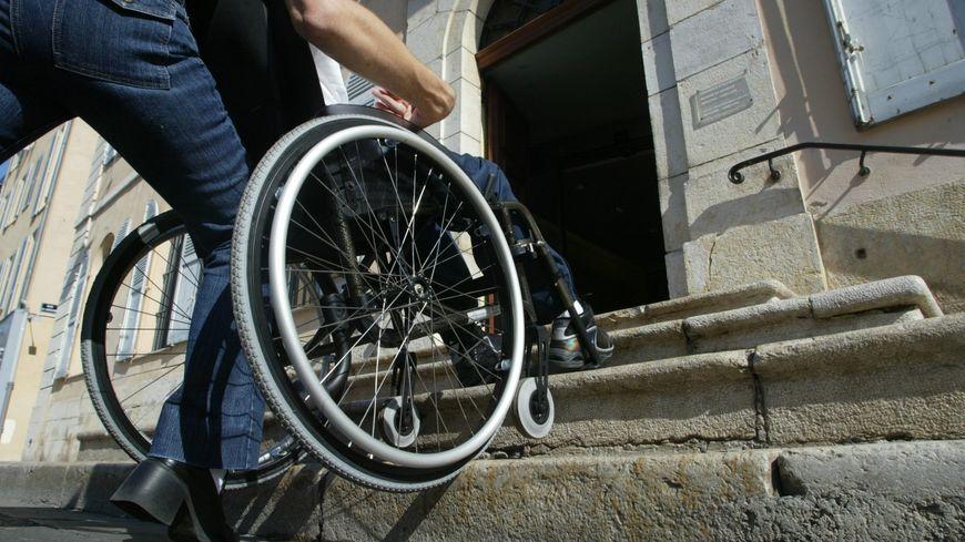 L'accès au bâtiment est à l'origine prévu pour les personnes à mobilité réduite (photo d'illustration)