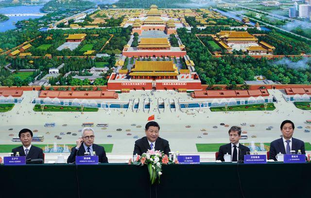 Le président chinois Xi Jinping (au centre) avec Nicolas Berggruen (2e à droite), lors d'une conférence à Pékin, le 3 novembre 2015.