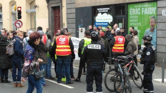 Des manifestants devant la permanence de campagne d'Eric Faidy (LREM) à Clermont-Ferrand