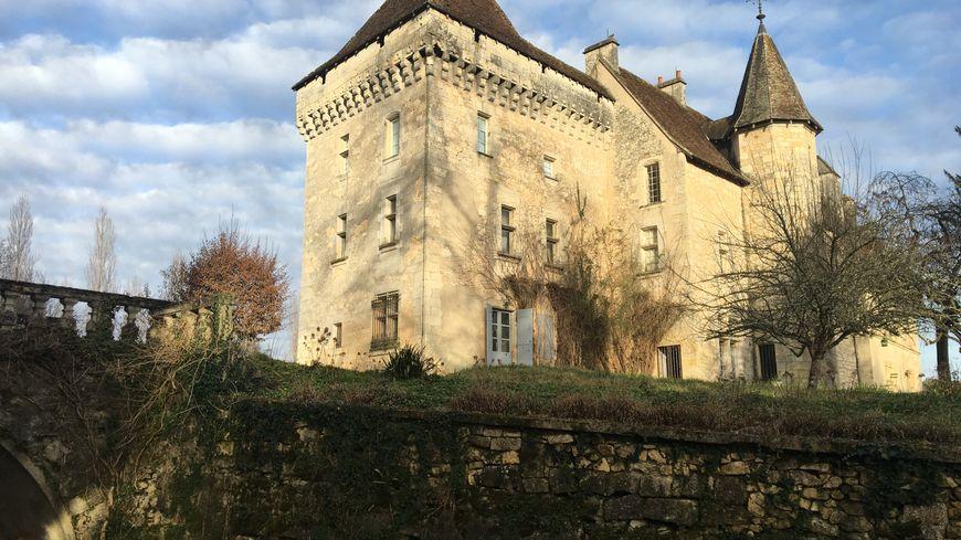 """Construit par les évêques de Périgueux au XIVème siècle, le château de Château-l'Évêque a accueilli le tournage de l'émission Netlix """"Jusquà l'Aube"""" en juin dernier"""