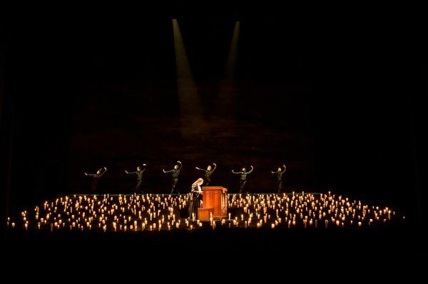 La scène inclinée et les bougies dans la mise en scène de Saül par Barrie Kosky